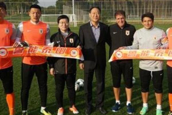 Lee, ao centro, levou o técnico Cuca ao Shandong