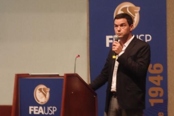 Pikkety em sua palestra na USP
