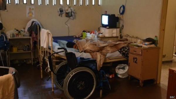 A maior parte das celas no são sujas e apertadas. Algumas tem até seis camas e estão frequentemente abarrotadas de cadeiras de rodas e equipamento médico