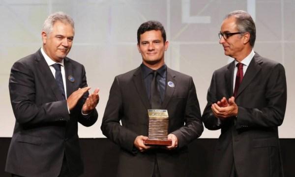 Heroi da Globo: na entrega do prêmio Homem do Ano de 2014, com João Robetto Marinho à sua esquerda