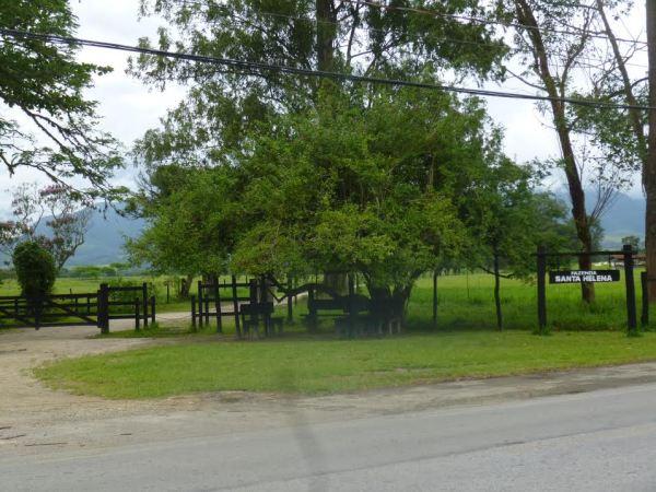 A entrada da fazenda Santa Helena, onde fica a pista de pouso