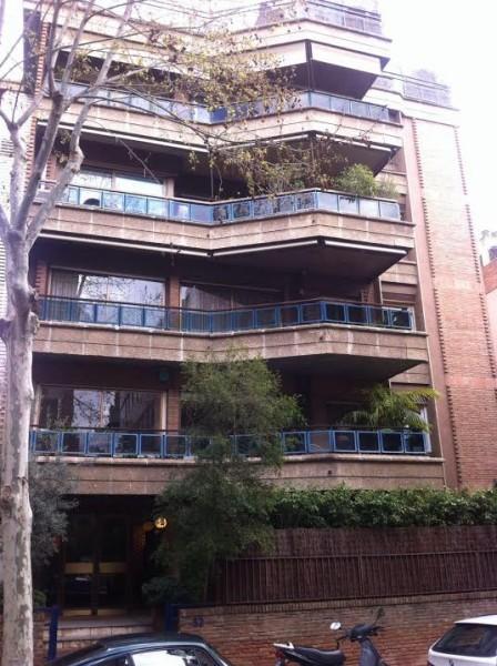 """O apartamento de Mirian fica no 1º andar deste prédio em Barcelona: """"Serra ajudou na reforma"""""""