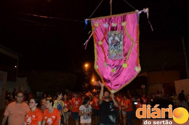 Alegria: Mais um bloco tradicional sai às ruas de Cajazeiras em desfile irreverente; Vereador vestido de mulher e ex-prefeito são destaques