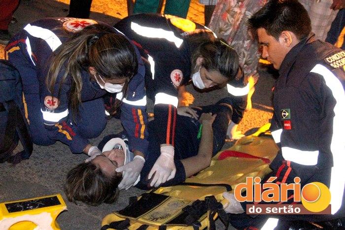 Samu realizando atendimento à vítima no local do acidente (Foto: João Fábio)