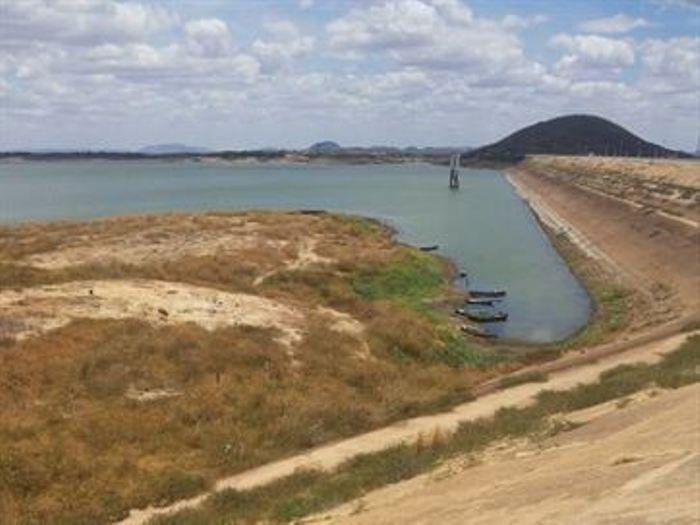 Açude de Coremas sofre com a seca e corta abastecimento