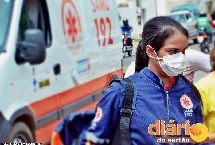 Técnica de enfermagem durante atendimento em Sousa (foto: Charley Garrido)