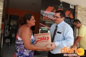 Advogado entrega cestas básicas em Sousa