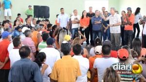 Ricardo discursa para moradores em Bom Jesus