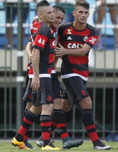 Thiago Santos, abraçado por Pará e Felipe Vizeu, teve início difícil no Fla (Foto: Gilvan de Souza/Fla Imagem)