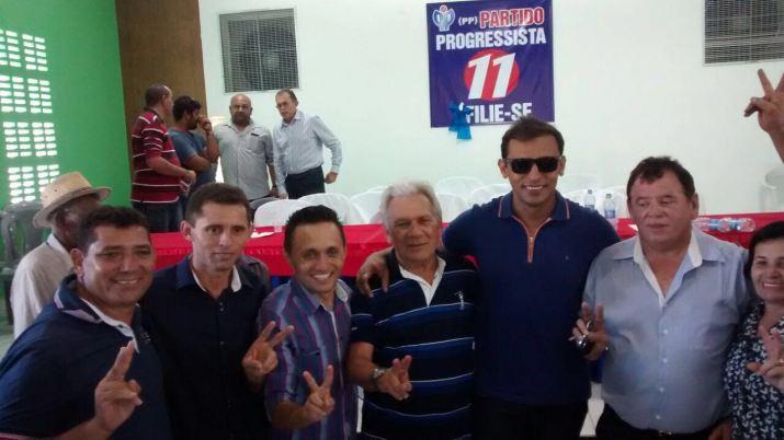 Zé Aldemir ao lado dos vereadores de oposição durante lançamento de pré-candidatura