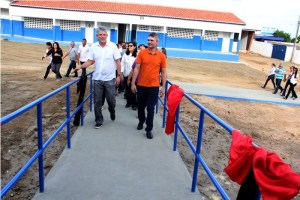 Ricardo Coutinho visita escola em São Bento