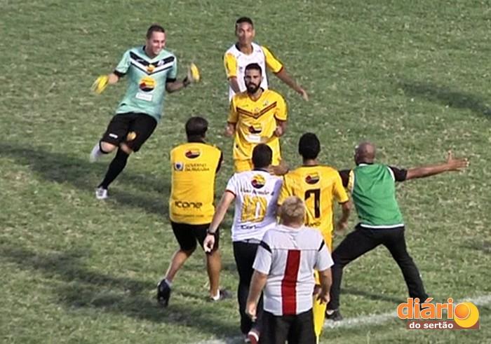 Jogadores comemoram classificação (Foto: Reprodução: TV Diário do Sertão