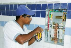 Técnico realizando as instalações elétricas