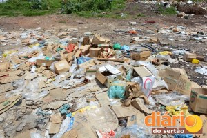 Lixo se acumula às margens da PB-327