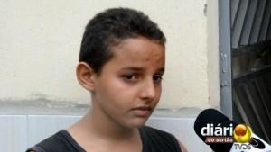 O pequeno Thayslan se emociona ao falar sobre a ausência do pai na sua vida