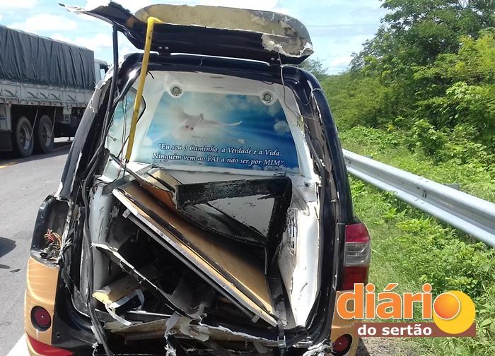 Automóvel ficou parcialmente destruído (foto: Diário do Sertão)