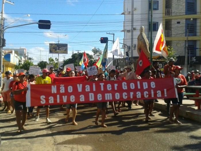 MST realizou manifestação a favor da presidente em Sousa, na Paraíba (Foto: Felipe Valentim/TV Paraíba)