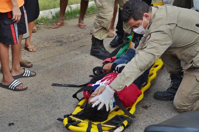 Bombeiros no local do acidente (foto: Ângelo Lima)