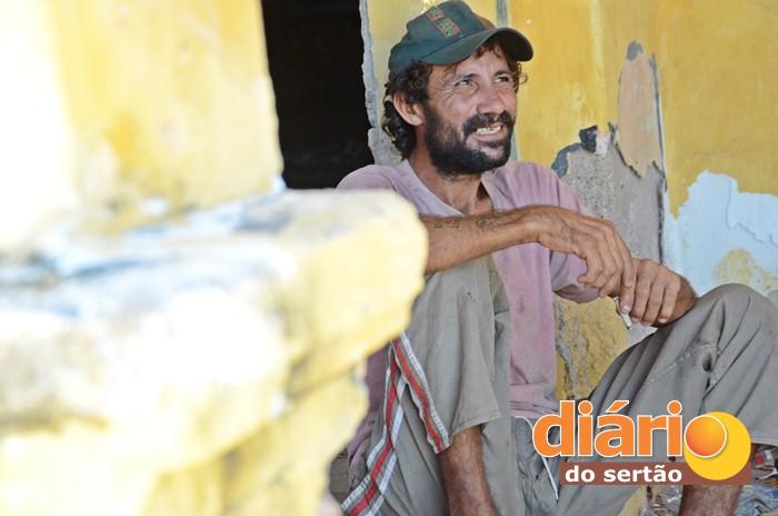 Moradores de rua passam boa parte do tempo no prédio (foto: Charley Garrido)