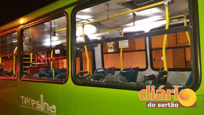 Ônibus foi apedrejado por moradores (foto: Divulgação/PM)