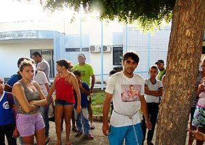 O pai protestou na frente do Fórum de Uiraúna