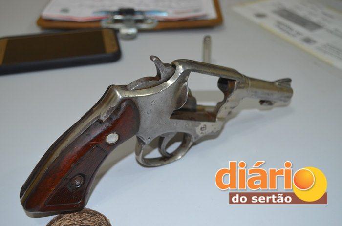Arma que estava em posse do jovem foi apreendida (Foto: Angelo Lima)