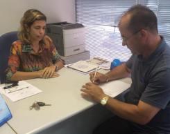 Prefeito assina contrato na Caixa Econômica