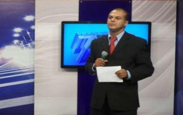 O repórter foi preso ao vivo durante cobertura para a TV (Foto: TV Atalaia)