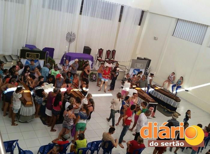 O velório com os caixões um ao lado do outro em Coremas (Foto: Diário do Sertão)