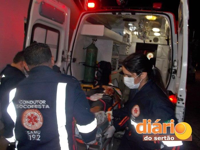 Vítima sendo socorrida pelo SAMU (foto: DS)
