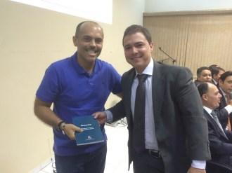 Junior Terra recebe livro do advogado Eduardo Costa