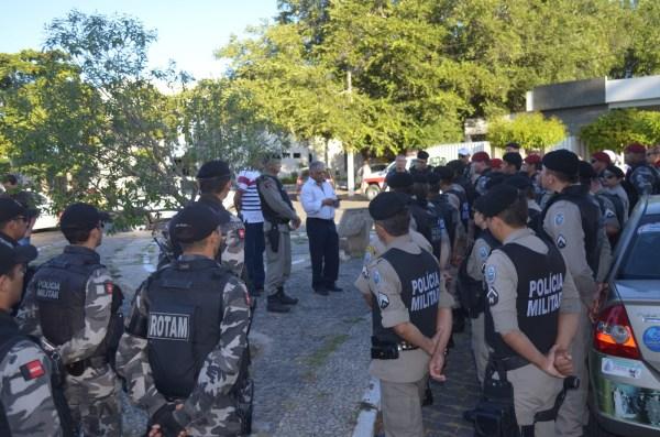 Comandante da PM de Cajazeiras e o secretário de Segurança do Estado (a paisana) passam instruções aos policiais (Foto: Ângelo Lima)