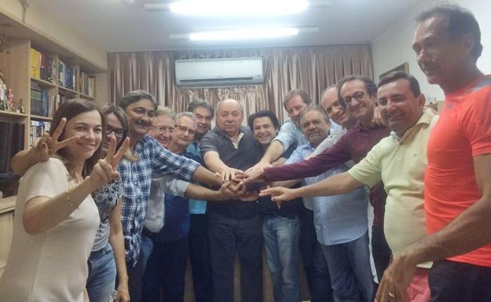 Lideranças políticas reunidas na casa de João Estrela (foto: reprodução/WhatsApp)