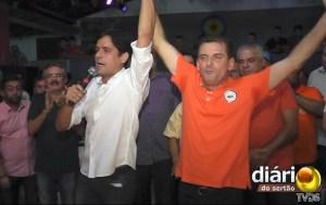 Chico Mendes (de camisa laranja) é anunciado pelo prefeito Domingos Neto