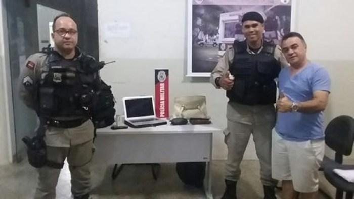 Gutemberg ao lado dos polícias que conseguiram recuperar parte dos objetos roubados