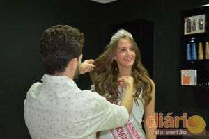 Vitória cuidando dos cabelos para o Miss Teen Brasil