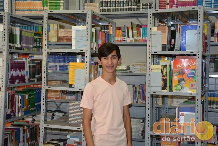 Caio está sempre visitando a biblioteca da escola