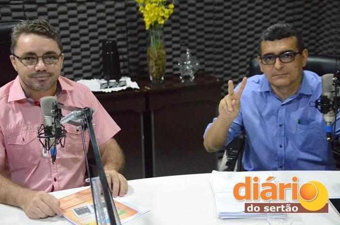 Radialista Levi Dantas comandou a entrevista com o candidato a prefeito de Aparecida, Júlio César (foto: Charley)