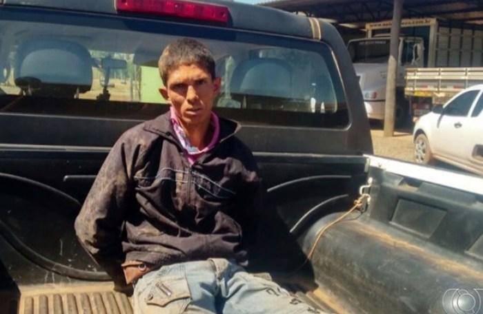 Suspeito de matar gêmeos é preso pela PM em São Miguel do Araguaia (Foto: Reprodução/TV Anhanguera)