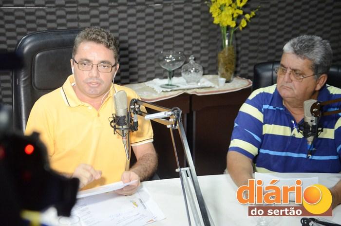 Candidato a prefeito de Vieirópolis, durante entrevista ao radialista Levi Dantas (foto: Charley Garrido)