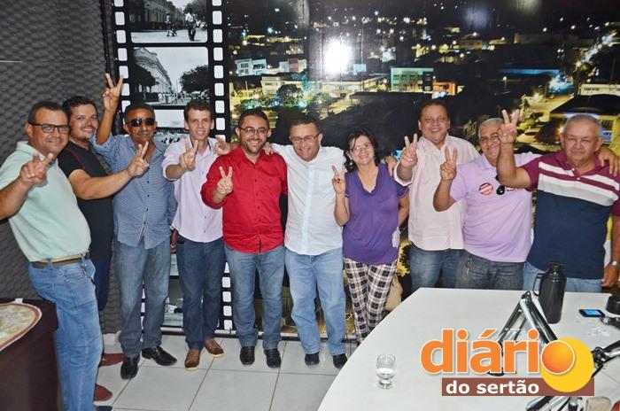 Aliados posaram para foto ao lado do candidato a prefeito de Santa Cruz (foto: Charley Garrido)