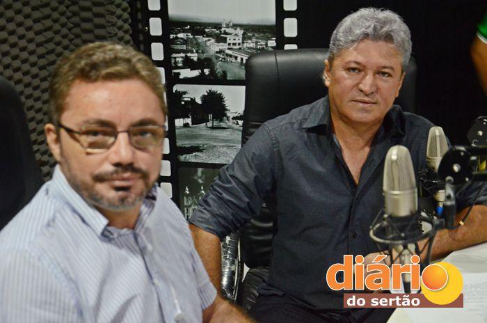 Radialista Levi Dantas entrevistou o candidato a prefeito de Santa Cruz, João de Nenzinha (foto: Charley Garrido)