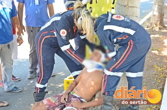 Vítima foi socorrida pelo SAMU (foto: Charley Garrido)