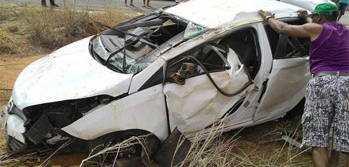 Veículo ficou totalmente destruído (Foto: reprodução: Patos TV)