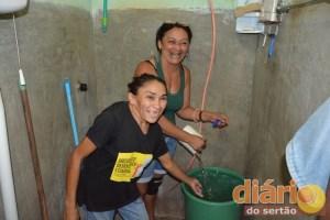 Luciene e Fabiana comemoram a chegada da água