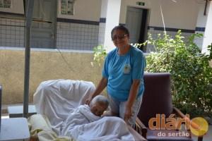 A diretora do abrigo, Fátima Cruz, ao lado de dona Umbelina, de 116 anos
