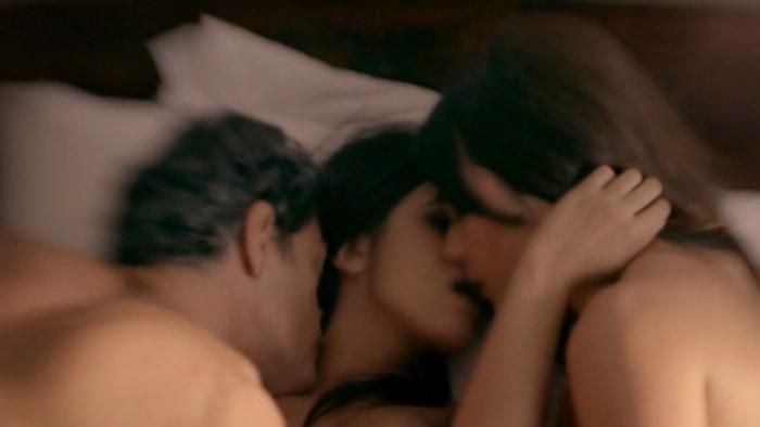 Antonia Morais, Eduardo Moscovis e Alessandra Negrini em cena de sexo a três (Foto: Reprodução / GNT)