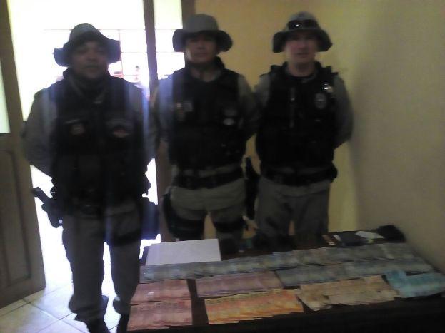 Policiais que participaram da ação e prenderam quarto acusado (Foto:PM)