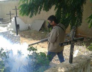 Agente aplica veneno em cemitério de Cajazeiras (Foto: Secom-CZ)