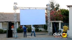 Telão já está montado para exibição de filmes